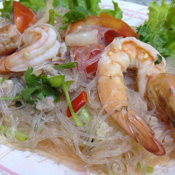 Fines nouilles de riz en salade, avec crevettes fraîches, cacahuètes et sauce citronnée