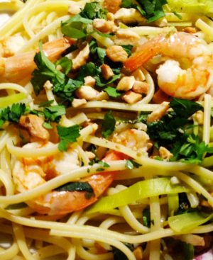 Nouilles aux oeufs sautées avec crevettes, poulet ou boeuf