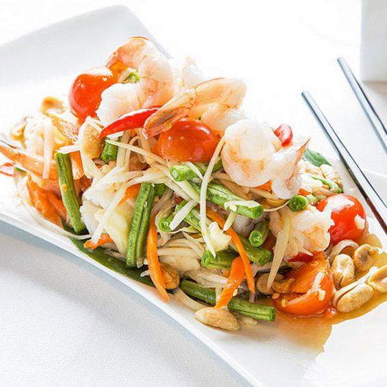 Salade de papaye verte avec crevettes, carottes, ail, cacahuètes et sauce Thaï