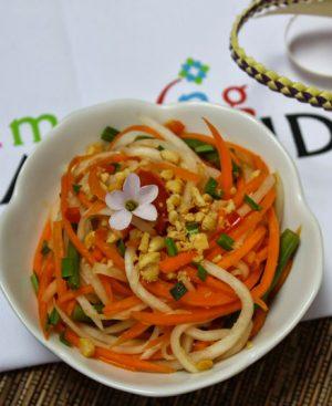 Salade de papaye verte, tomates, carottes, cacahuètes, sauce soja, légèrement épicée