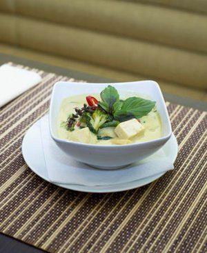 Mijoté de légumes au curry vert avec tofu, basilic et lait de coco, haricots vert, et riz Thai parfumé
