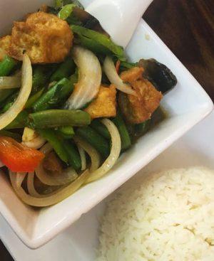 Wok de tofu avec poivrons, basilic, poivre et sauce soja et riz Thai parfumé