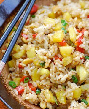 Wok de riz sauté avec un mélange de légumes et ananas sauce soja.