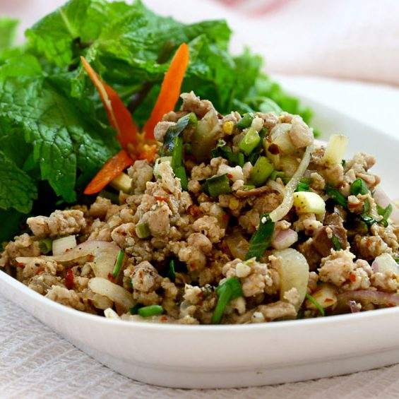 Salade de poulet émincé, oignons, feuilles de menthe et riz grillé sauce citronnée