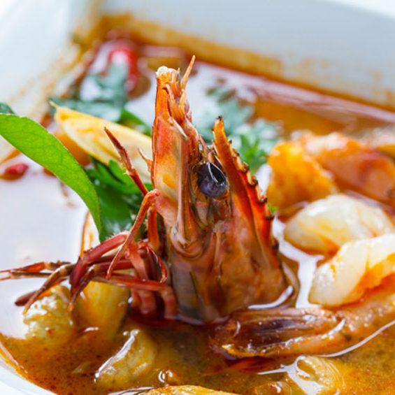 Soupe Royal thaïlandaise épicée avec crevettes, citronnelle, gingembre, champignons, lait de coco