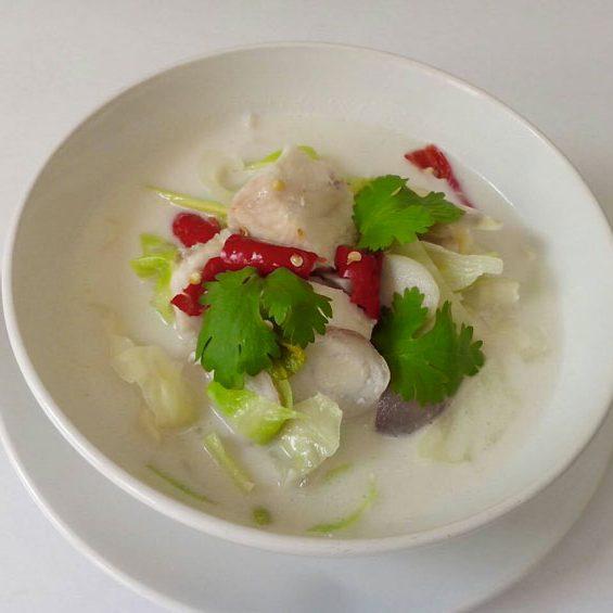 Soupe de poulet à la noix de coco, avec champignons, citronnelle et feuilles de coriandre Thaï