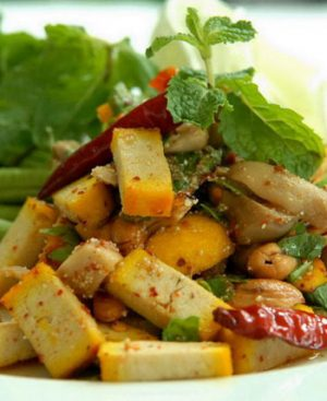 Salade de tofu aux herbes, riz grillé émietté et sauce citronnée