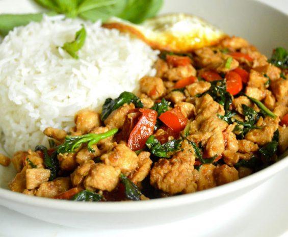 Wok de boeuf ou poulet au basilic Thaï avec du riz parfumé Thaï