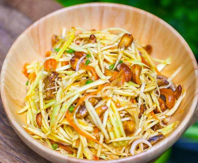 Salade de mangue, carottes,échalotte, cacahuètes, noix de cajou