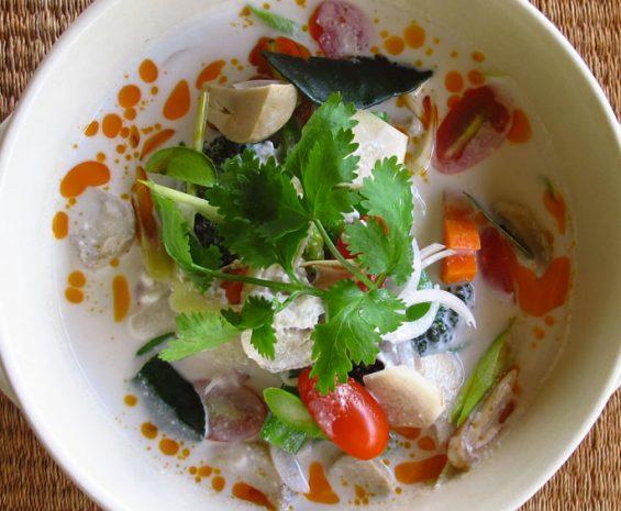 Soupe aux légumes, noix de coco, champignons, citronnelle, galanga et coriandre.