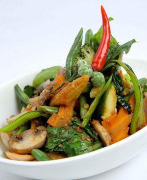Wok de légumes avec champignons, ails et sauce soja et riz Thai parfumé