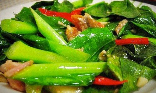 Wok de feuilles de Cai Lan Thaï, sauce soja et riz Thaï parfumé