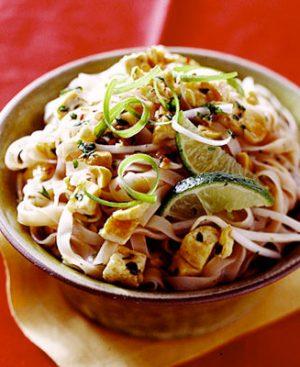 Wok Nouilles de riz avec légumes du jour, tofu frit, cacahuètes et sauce tamarin.