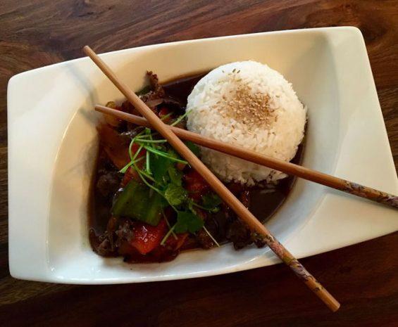 Wok de Poulet ou Boeuf ou Crevettes sauté au curry rouge