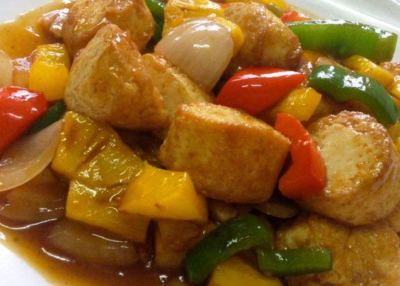 Wok de légumes, ananas et tofu, sauce du chef, accompagné de riz thaï parfumé