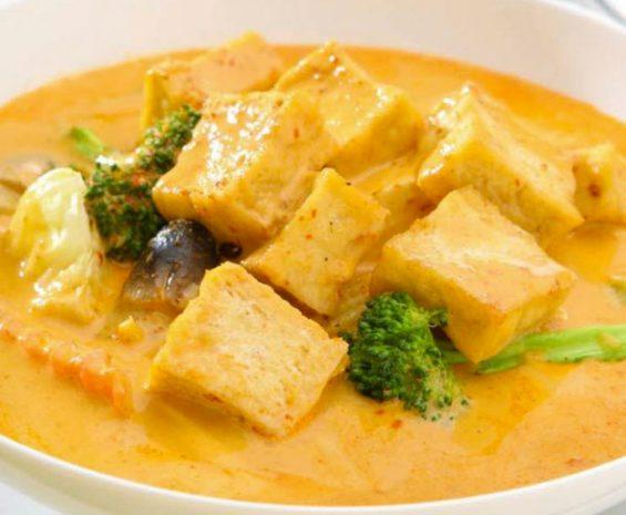 Mijoté de curry rouge, ananas, rasins sec, tofu, tomates cerises,basillic