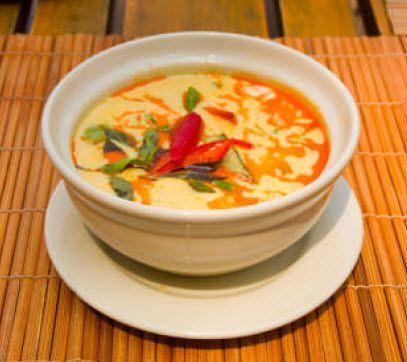 Mijoté de curry panang, aubergines violet et aubergines Thaï, Tofu et feuilles de citron accompagnée de riz thai parfumé